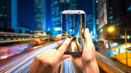 Strategia di marketing online per Social Media Advertising smartphone